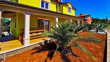 Samostojeća kuća s vrtom i pogledom na prirodu u okolici Buja